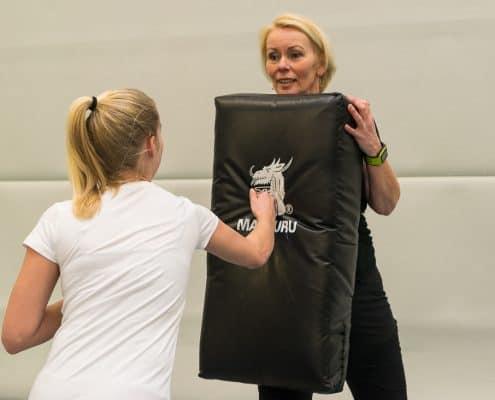 weerbaarheidstraining meisjes en vrouwen. Weerbaar Friesland, geweld, seksueel geweld, verwerking, therapie Friesland